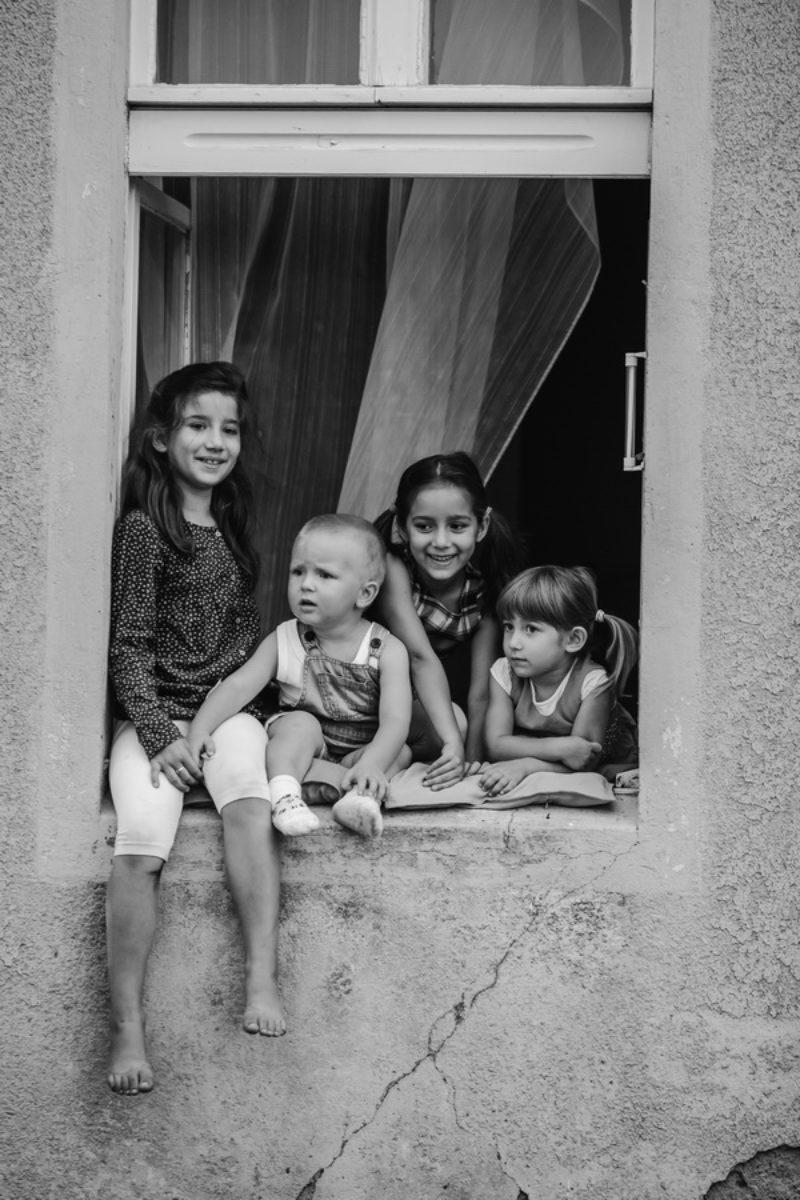 Dzieci w oknie fot. Szymon Szwochert